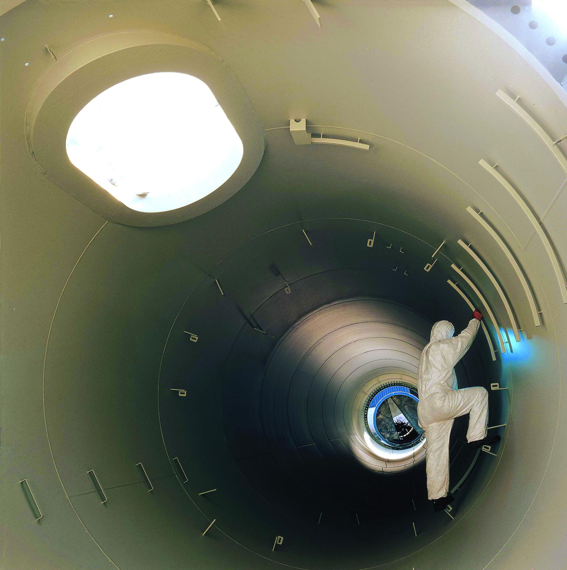 13-Operario-dentro-de-turbina